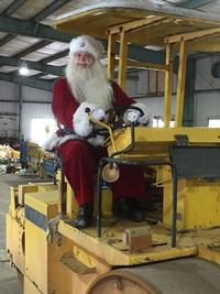 サンタクロースが重機に乗ってやってきた!