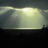 雲の間から光が