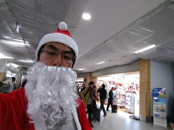 福岡空港にサンタ現る
