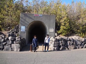 トンネルみたいだが奥行きは5m程度しかない。