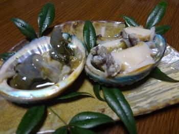 貝殻に肝(左)と刺身を並べてみた。
