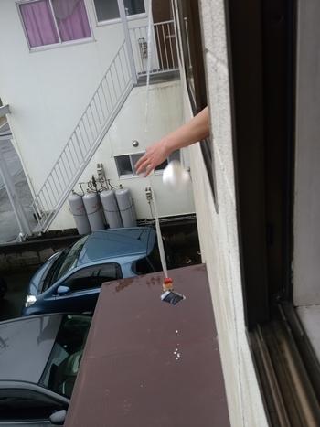 釣れた! 煙草の下の白い点々は庇の汚れです。