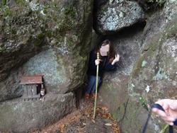 人ひとりがやっと潜れる穴が開いた岩。カミさんも潜れて安心した様子。(笑)