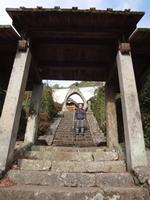 石段を上った奥には石を切り抜いた丸い山門がある。