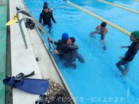 熊大プールにて、熊大・県立大ダイビング部の午前プールトレと午後レスキュートレーニング